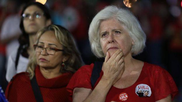 Militantes pró-Lula assistem a sessão do STF
