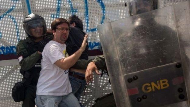 Fredy Guevara en una protesta
