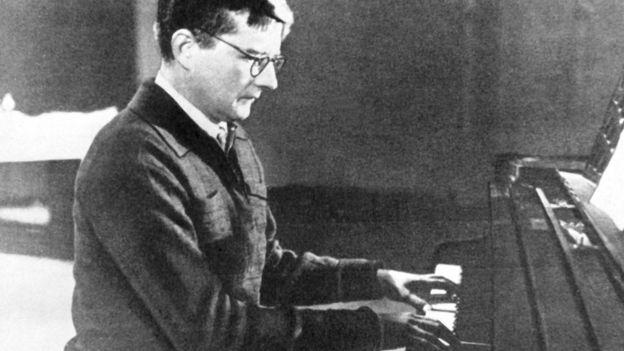 Д.Д. Шостакович работает над симфонией в осажденном городе. Репродукция Николая Науменкова, 1982 год