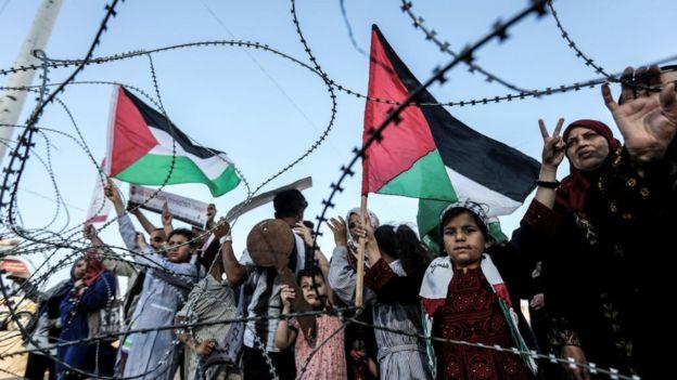 Palestinos manifestando no dia da Nakba