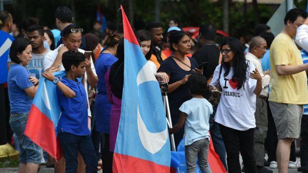 Para pendukung Pakatan Harapan berkumpul di lingkungan Istana Negara untuk menunggu pelantikan Mahathir Mohamad/ROSLAN RAHMAN/AFP.