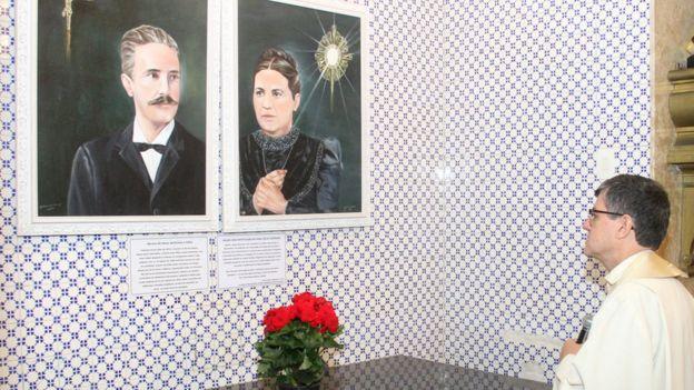 João Geraldo Bellocchio diante de fotos do casal Zélia e Jerônimo Magalhães