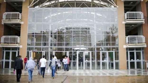 Estudiantes a la entrada de un edificio en Unicamp