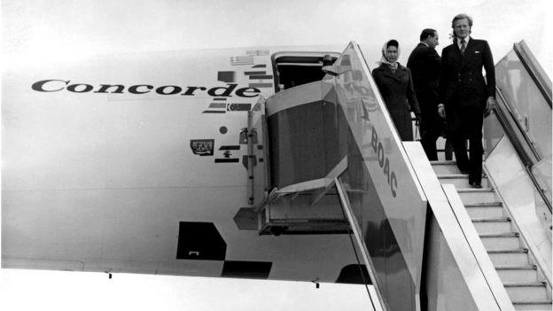 La reina de Inglaterra en el Concorde junto a Michael Heseltine.