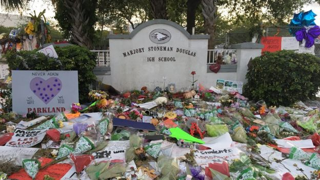 Homenajes en la puerta de la escuela Marjory Stoneman Douglas de Florida. (Foto Lioman Lima)