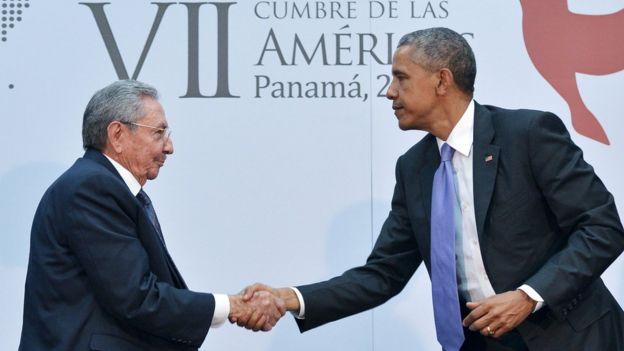 El presidente cubano, Raúl Castro, saluda al entonces mandatario de EE.UU., Barack Obama, en la cumbre de las Américas de Panamá 2015.