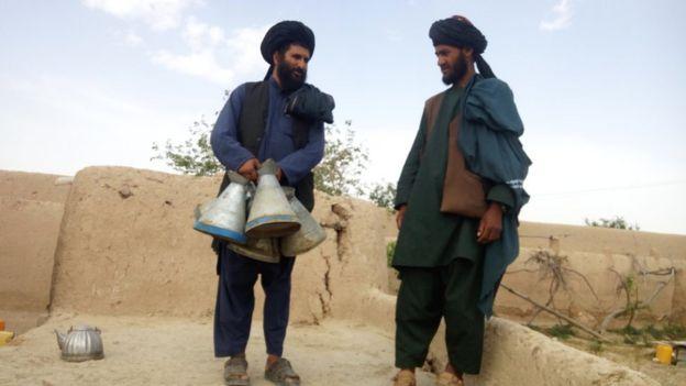 شهردار طالبان در سنگین با چند جگ/پارچ بنزین به دست