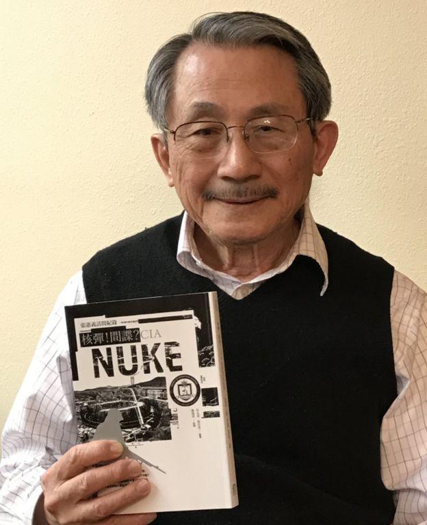 張憲義拿著《核彈!間諜?CIA:張憲義訪問紀錄》的照片