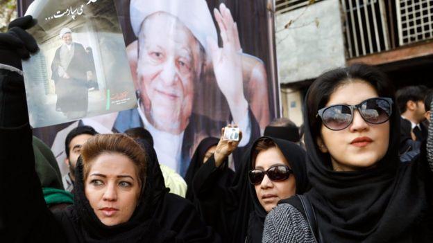 Raia wakiwa na picha za Akbar Hashemi Rafsanjani mjini Tehran