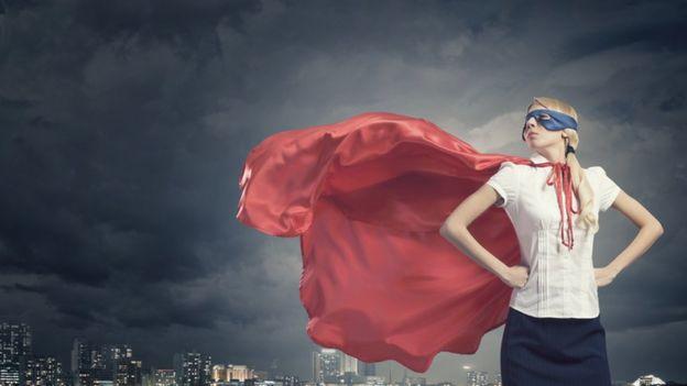 Una mujer hace una postura como la de La Mujer Maravilla