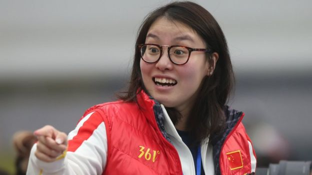Swimmer Fu Yuanhui smiling and pointing