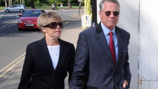 Los Wadsworth llegando al tribunal.