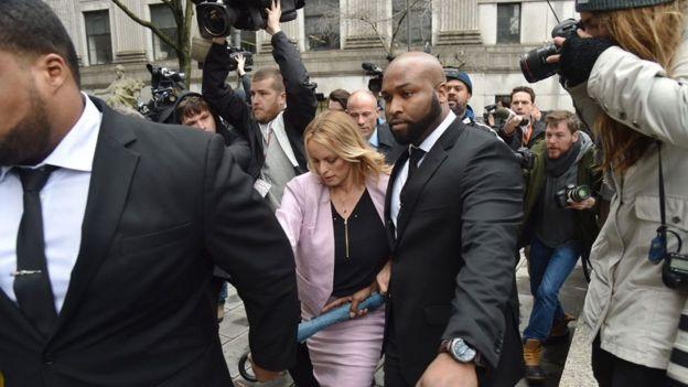 Stormy Daniels saliendo de la corte en Nueva York.