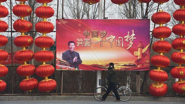 Cartel con la foto de Xi Jinping