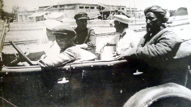 Сталинабад, 1931 год, Ибрагим - бек в автомобиле сотрудников ГПУ перед его отправкой в Ташкент