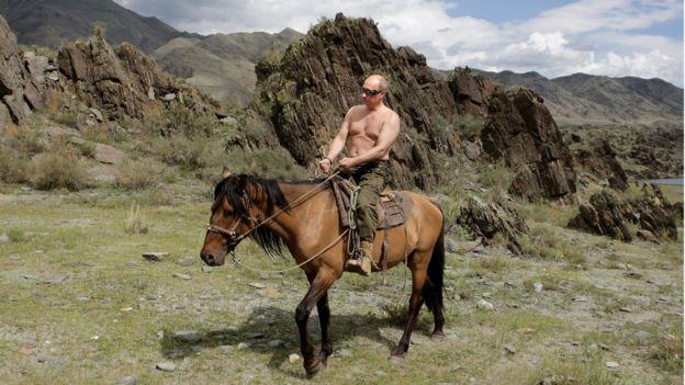普京2009年在南西伯利亚度假骑马