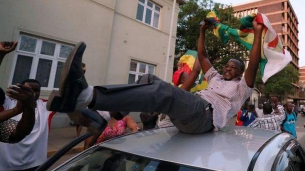 Raia wa Zimbabwe katikati ya mji mkuu wa Harare wakifurahia kuzjiuzulu kwa Mugabe