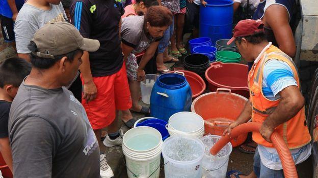 Fila para conseguir agua en Perú