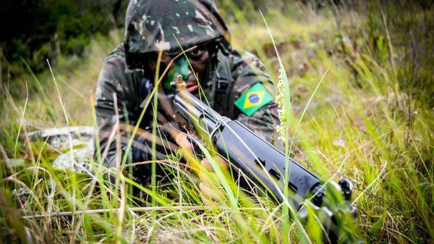 Militar empuñando un arma