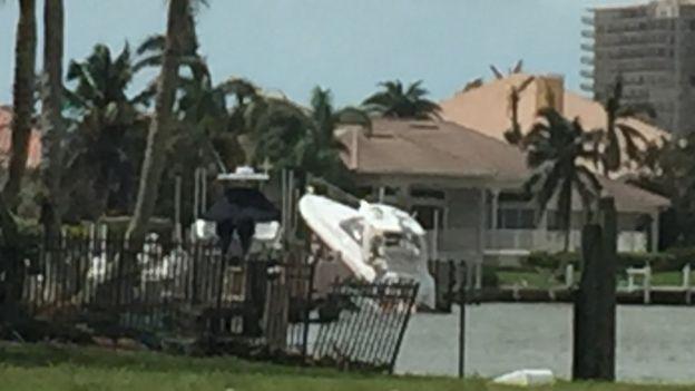 Barco a medio salir del agua.