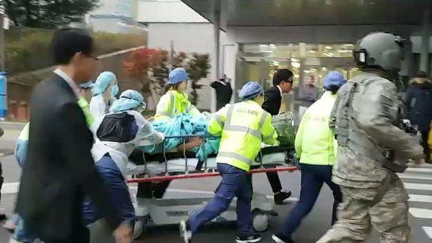 Equipo médico de emergencia corriendo con la camilla que transporta al soldado herido