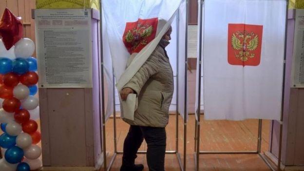Votante en las elecciones rusas