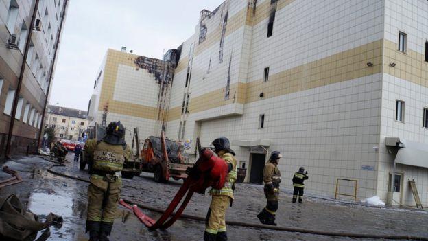 Bomberos recogen las mangueras tras apagar el incendio