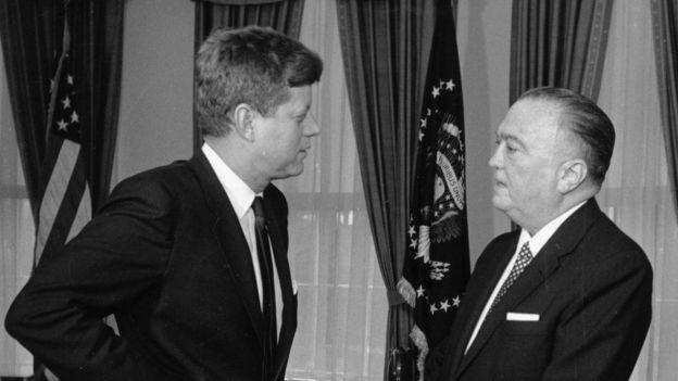 Джон Кеннеди (слева) и Джон Эдгар Гувер в Белом доме