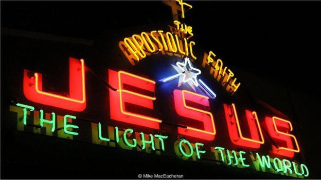 連溫哥華的教堂都用霓虹燈做宣傳。
