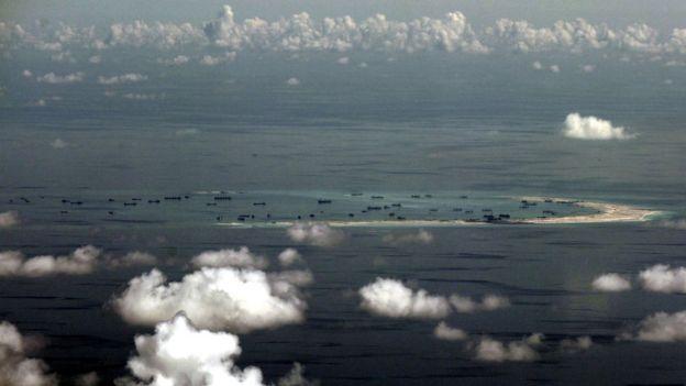 Ảnh chụp từ trên không từ một chiếc máy bay quân sự Philippines cho thấy Trung Quốc đang tái lấn chiếm bãi Đá Vành khăn ở quần đảo Trường Sa ở Biển Đông, phía tây Palawan, Philippines, hồi tháng 5, 2015