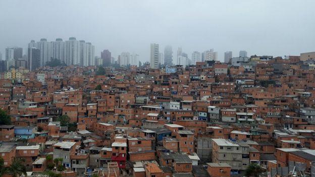 Favela de Paraisópolis e bairro nobre do Morumbi ao fundo