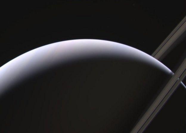 ¿Por qué los sonidos que grabó Cassini entre Saturno y sus anillos dejaron perplejos a los investigadores?