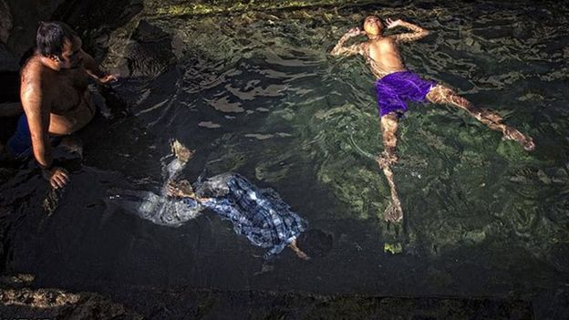 ابتنی در آب قنات گناباد