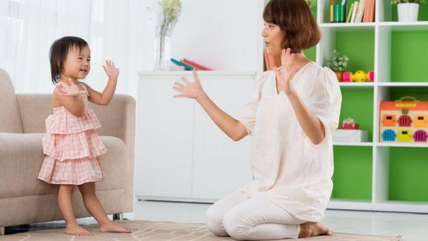 Brincadeiras de movimento com música ajudam a ensinar a sincronizar palavras, ações e ritmos