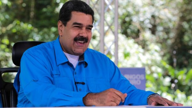 Nicolás Maduro sonriendo.