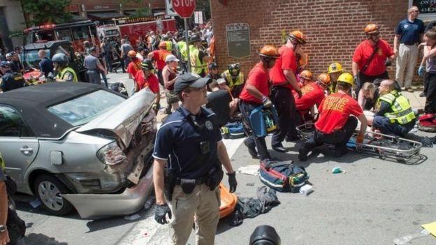 Los equipos de emergencia atendieron a los heridos tras el choque del vehículo contra los manifestantes.