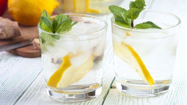 Vaso de agua con limón y menta