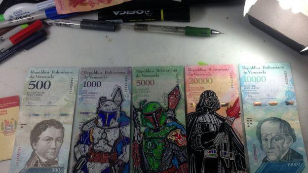 Dibujo sobre billetes.