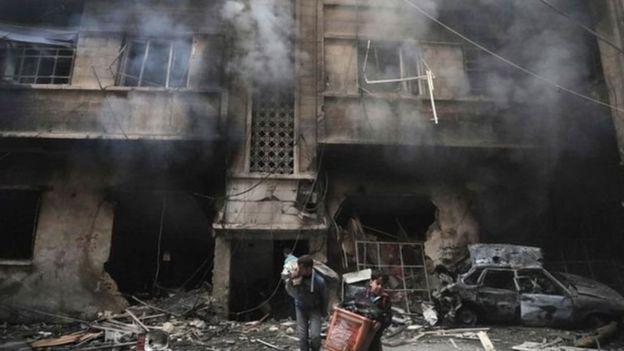 حريق في مبنى بسبب القصف