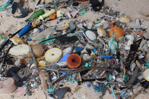 Close do lixo na areia