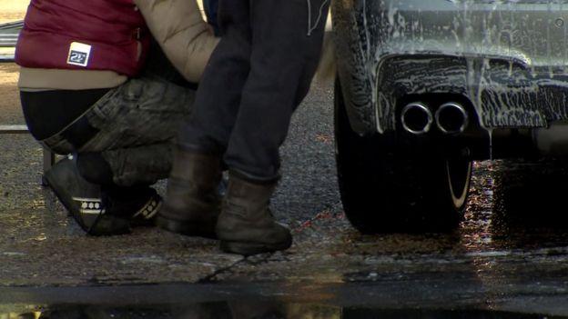 Çok sayıda modern köle, özellikle de erkekler, araba yıkama dükkanlarında çalışıyor
