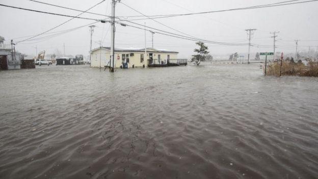 خانهای که در منطقه ساحلی ماساچوست گرفتار سیل شده است