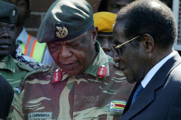穆加贝总统与康斯坦丁·奇韦亚将军交谈