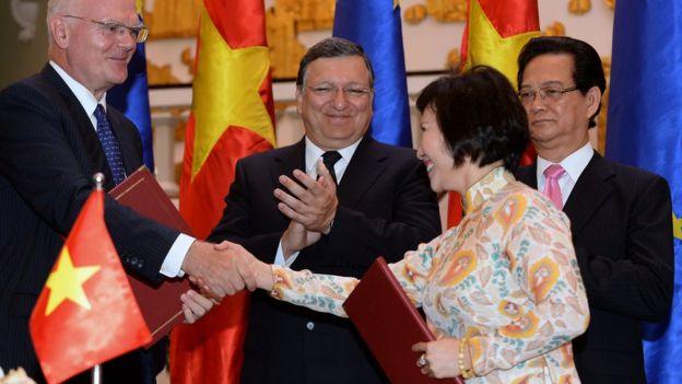 Nguyên Thứ trưởng Công Thương Hồ Thị Kim Thoa (phải)