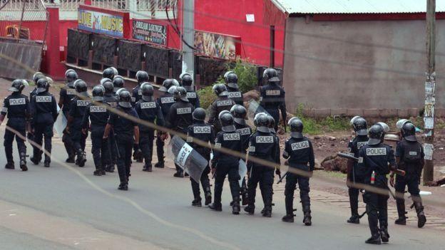 La police anti-émeute patrouille dans les rues de Buea dans la région anglophone