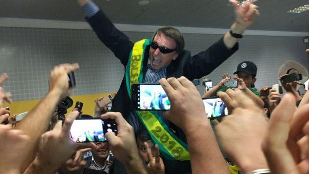 Bolsonaro recebido por fãs no aeroporto