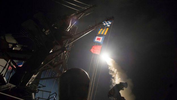 الولايات المتحدة تطلق عشرات الصواريخ على قاعدة جوية في سوريا _95495764_038886103