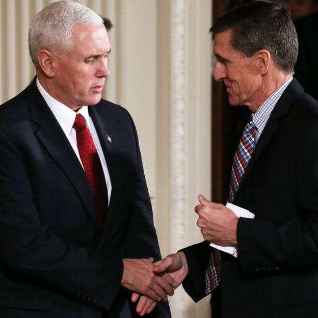Mike Pence y Michael Flynn dándose la mano.