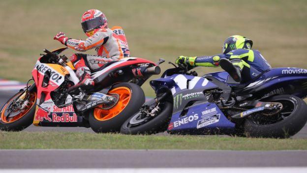 Rossi se cae mientras Márquez voltea a ver