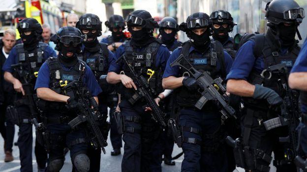 武装警察在周日早上于刺人事件发生的博罗市场附近巡逻。